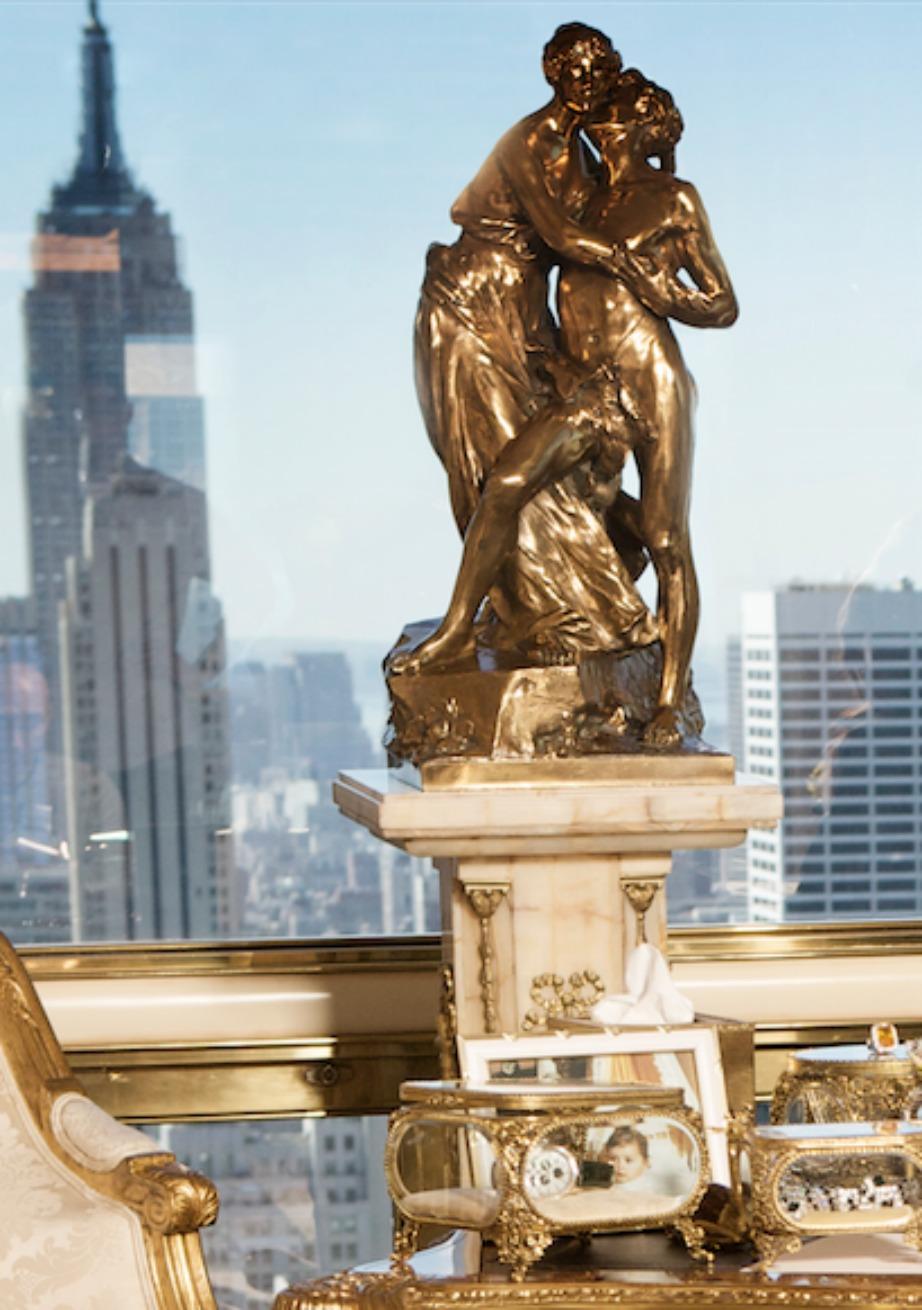 Σε πολλά σημεία του σπιτιού υπάρχουν αγάλματα φτιαγμένα από χρυσό.