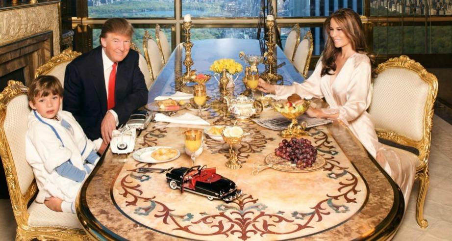 Η οικογένεια τρώει συνηθισμένο πρωινό αλλά σε χρυσά μπολ και ποτήρια.
