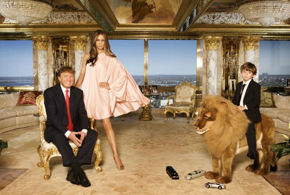 Η θέα στο βάθος είναι εντυπωσιακή. Εδώ ο επιχειρηματίας ποζάρει με τα παιδιά του. Ο μικρός Barron δεν κάθεται απλά σε ένα ξύλινο αλογάκι, αλλά σε ένα ψεύτικο λιοντάρι. Τίποτα λιγότερο, για τον γιο του επιχειρηματία, από τον βασιλιά της ζούγκλας.