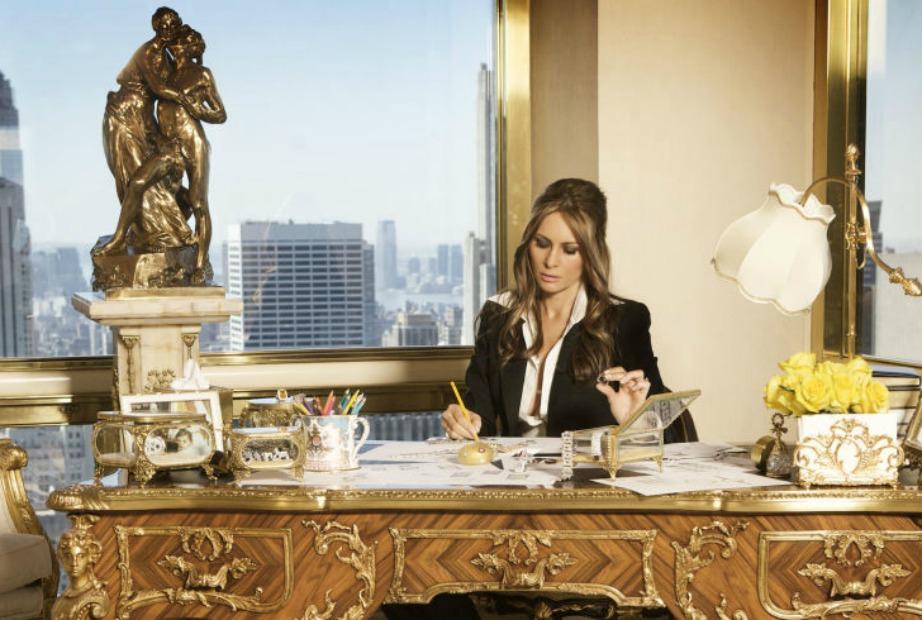 Η Melania ετοιμάζει τα κοσμήματά της στο γραφείο του σπιτιού.