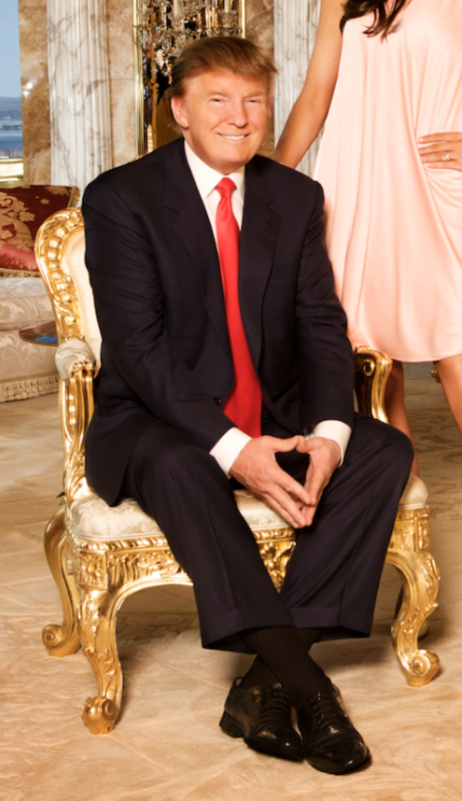 Ο Trump κάθεται σε μια αυθεντική καρέκλα Louis XV.