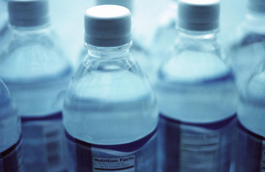 Ένα πλαστικό μπουκάλι μπορεί να σας βοηθήσει να εξοικονομήσετε έως και 1,5 λίτρο νερό.