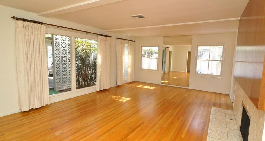 Το σαλόνι παρόλο που έχει πάρα πολλά παράθυρα δεν είναι τόσο φωτεινό όσο θα μπορούσε να είναι.