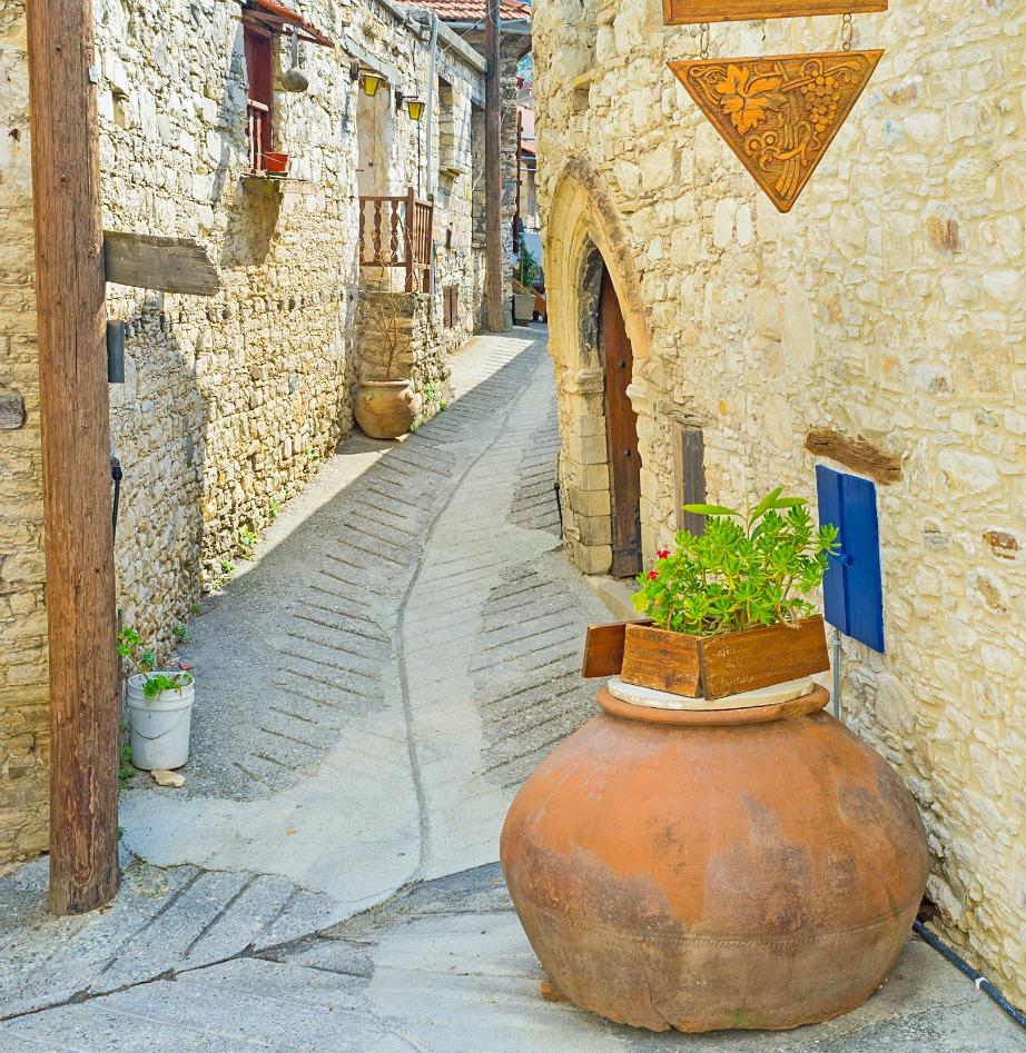 Τα πιθάρια αποτελούν κλασικό διακοσμητικό στοιχείο των κυπριακών αυλών, σπιτιών και δρόμων.