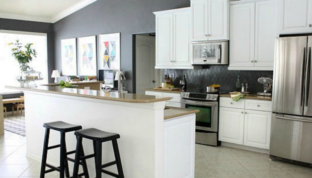 Πριν & Μετά: Δείτε Πώς Μεταμορφώθηκε μια Κουζίνα Μόνο με Λίγο Χρώμα!