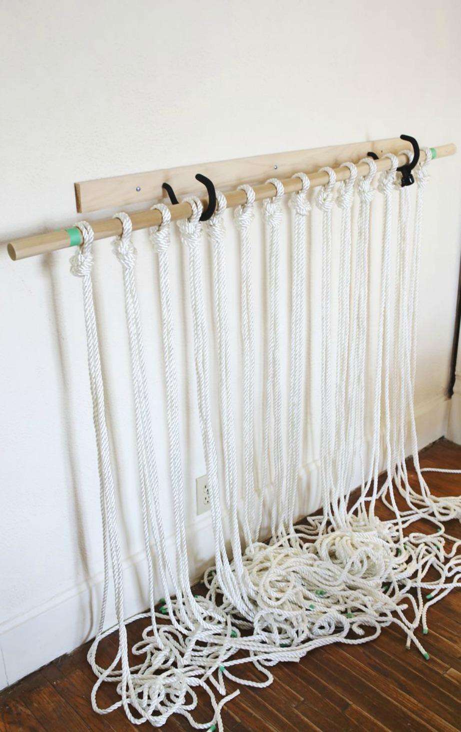 Περάστε σε κάποια επιφάνεια σχοινιά για να φτιάξετε εύκολα την κουρτίνα σας.