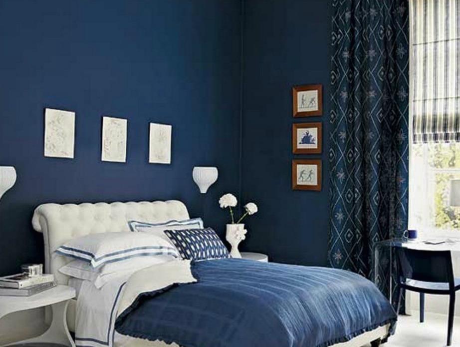 Ναυτικό μπλε για ένα κομψό κι αυστηρό υπνοδωμάτιο.