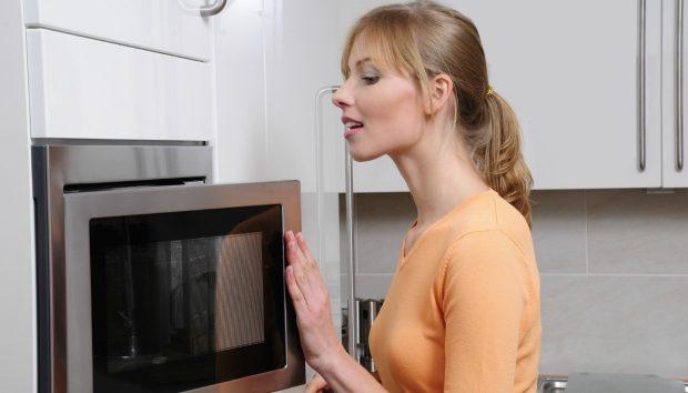 Το πιο Έξυπνο tip για να Ζεστάνετε Δύο Πιάτα στον Φούρνο Μικροκυμάτων