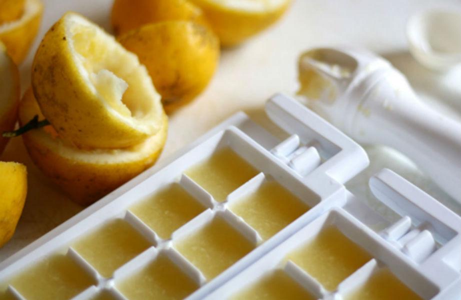 Βάλτε παγάκια λεμονιού στις σαλάτες σας.