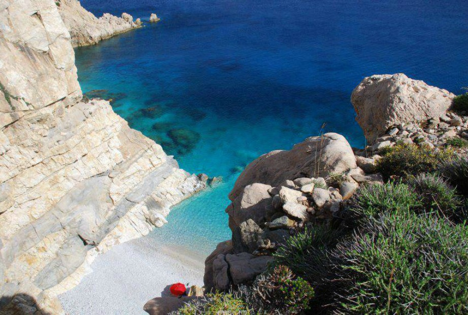Δείτε τι όμορφους χρωματισμούς που κάνει η θάλασσα σε αυτή την παραλία της Ικαρίας.