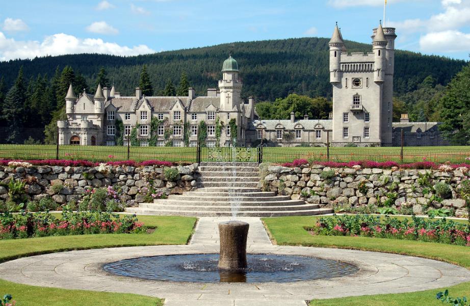 Οι εντυπωσιακοί κήποι του Balmoral είναι ανοιχτοί προς το κοινό, όταν η Βασίλισσα δεν βρίσκεται εκεί.