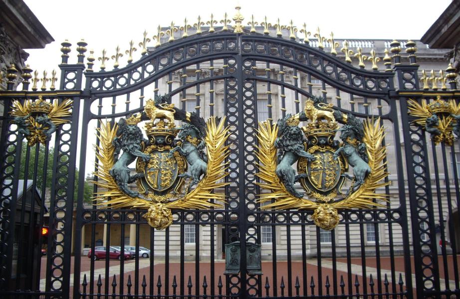 Η επιβλητική είσοδος του Buckingham Palace.