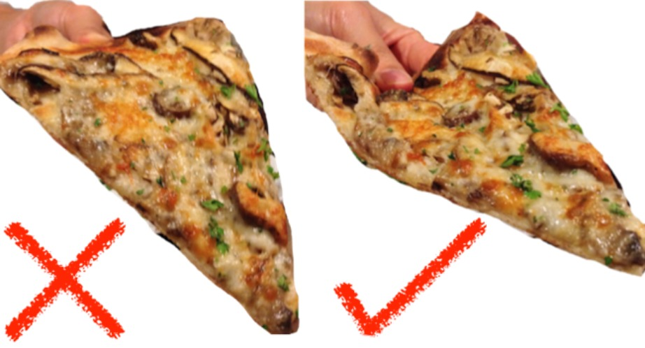 Διπλώστε την πίτσα σε σχήμα V για να μην ξεχειλίζουν τα τυριά δεξιά και αριστερά.