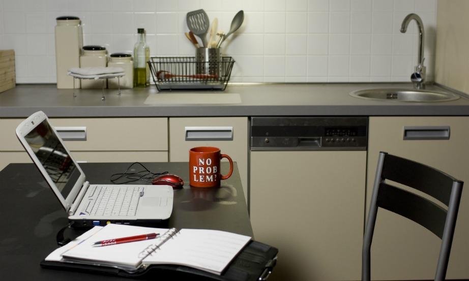 Παρατηρήστε το σπίτι σας και δείτε αν μπορείτε να συνδυάσετε δύο χώρους μαζί για περισσότερους από δύο σκοπούς. Για παράδειγμα, το σπίτι της εικόνας είναι μικρό αλλά έχει μεγαλύτερη κουζίνα. Έτσι ο ιδιοκτήτης το εκμεταλλεύθηκε συνδυάζοντας κουζίνα, τραπεζαρία και γραφείο μαζί στον ίδιο χώρο.