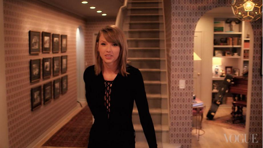 Τι φωτογραφίες λέτε να έχει βάλει η Taylor σε αυτόν τον τοίχο;