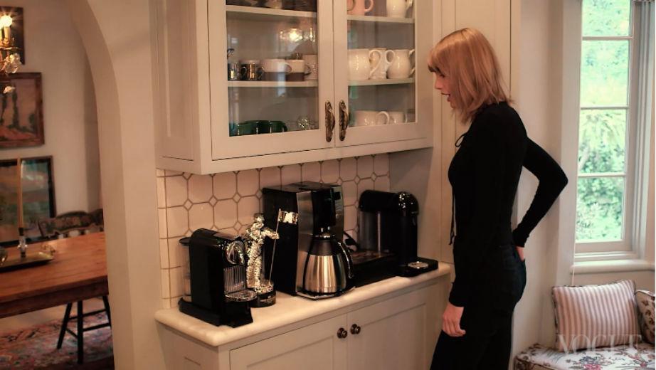 Καφέ κανείς; Η Taylor έχει τα πάντα!