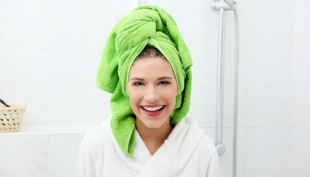 Ξεχάστε την Πετσέτα! Να με τι Πρέπει να Στεγνώνετε τα Μαλλιά σας για Τέλειο Αποτέλεσμα
