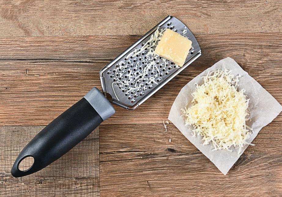 Μπορείτε να καθαρίσετε εύκολα τον τρίφτη σας με μια ωμή πατάτα.