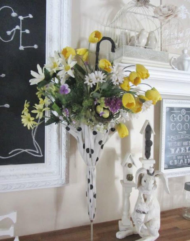 Ένα επιδαπέδιο βάζο είναι ένας ωραίος τρόπος να διακοσμήσετε τον χώρο σας. Για ακόμα περισσότερο στιλ βάλτε τα λουλούδια σας μέσα σε μια κλειστή ομπρέλα.