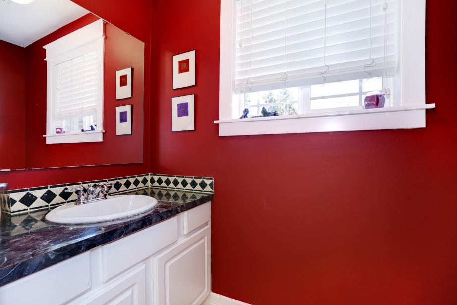 Ένα έντονο χρώμα στο μπάνιο σας, όπως το κόκκινο, θα δώσει την ανανέωση που τόσο πολύ θέλετε.