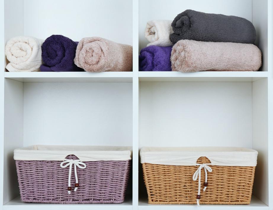 thehomeissue_bath03 Μέσα στα κουτιά τοποθετείστε αντικείμενα που δεν θέλετε σε πρώτη ζήτηση και πιάνουν χώρο στο μπάνιο