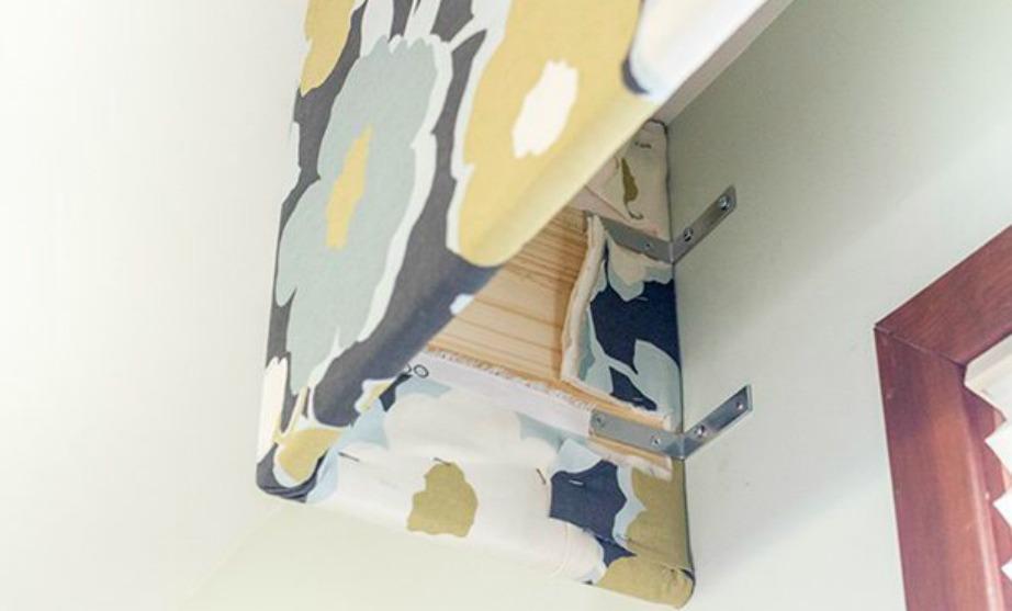 Καρφώστε στον τοίχο την κατασκευή με μεταλλικές γωνίες.