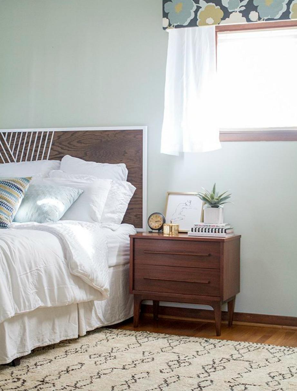 Διακοσμήστε με μια κουρτίνα και μια όμορφη γλάστρα.