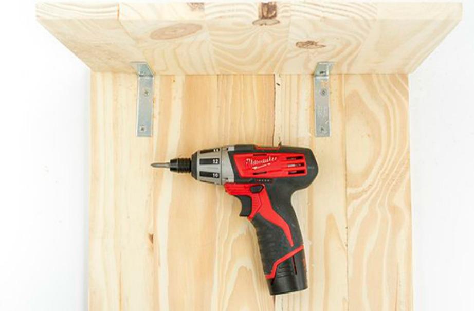 Καρφώστε 4 γωνίες μεταλλικές στις ξύλινες επιφάνειες.