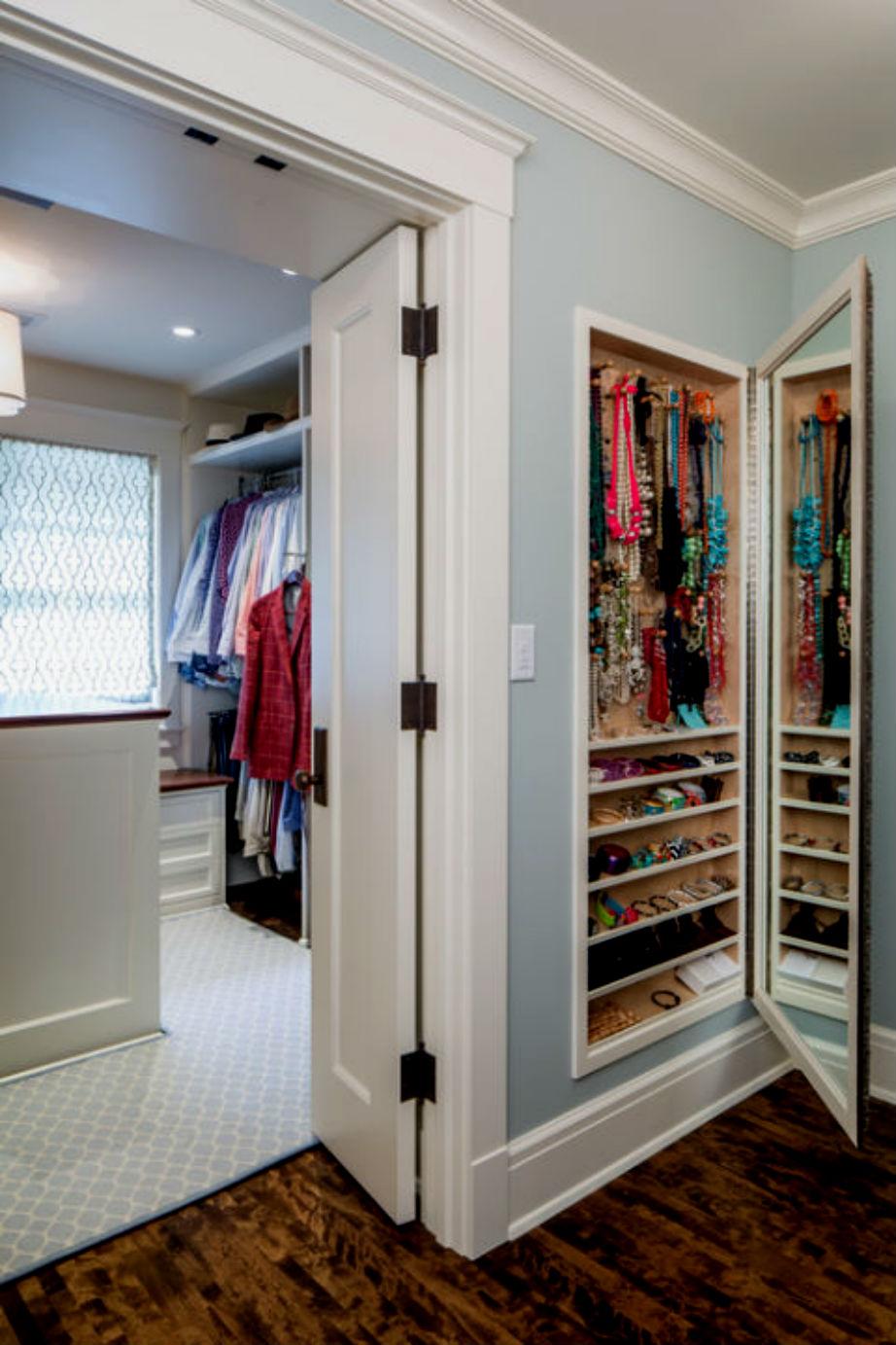 Σώστε και δώστε... χώρο στις εντοιχισμένες ντουλάπες.