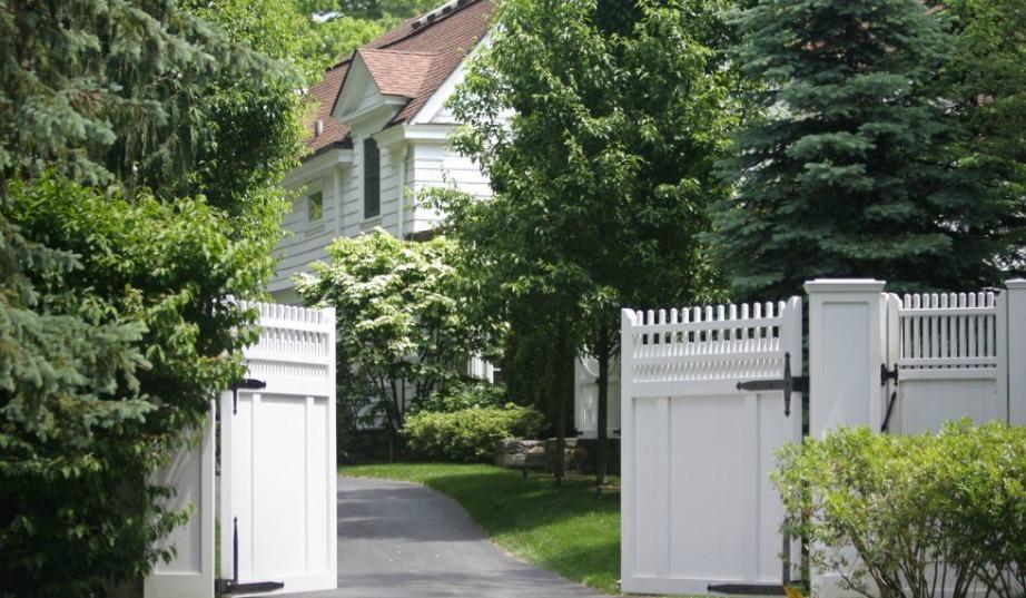 Περιμετρικά του σπιτιού υπάρχουν ψηλοί άσπροι φράχτες.