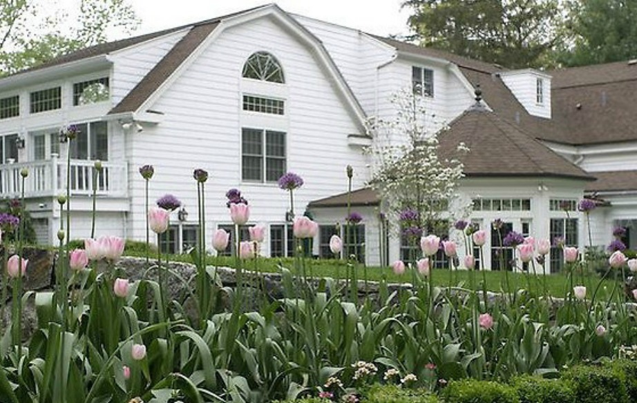 Ο κήπος του σπιτιού είναι γεμάτος με όμορφα λουλούδια.