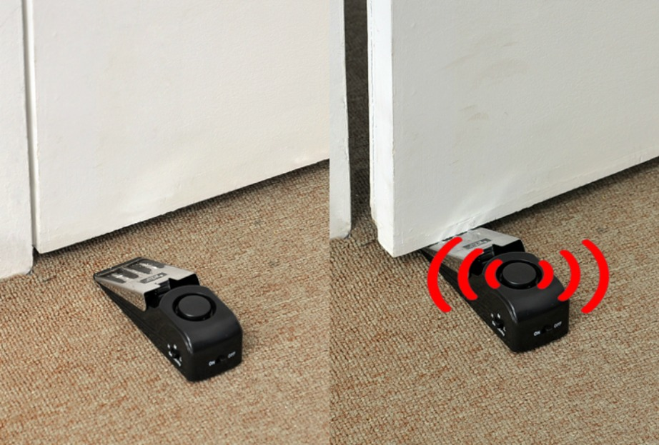 Αν η πόρτα ανοίξει ακουμπάει στη σφήνα και ενεργοποιείται ο συναγερμός.