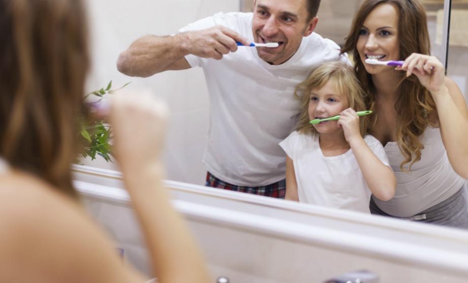 Μάθετε στα παιδιά σας από νωρίς πόσο σημαντικό είναι το τακτικό πλύσιμο των δοντιών.