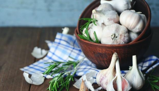 Διώξτε Πανεύκολα τη Μυρωδιά του Σκόρδου από τα Χέρια με Ένα Υλικό από το Ψυγείο