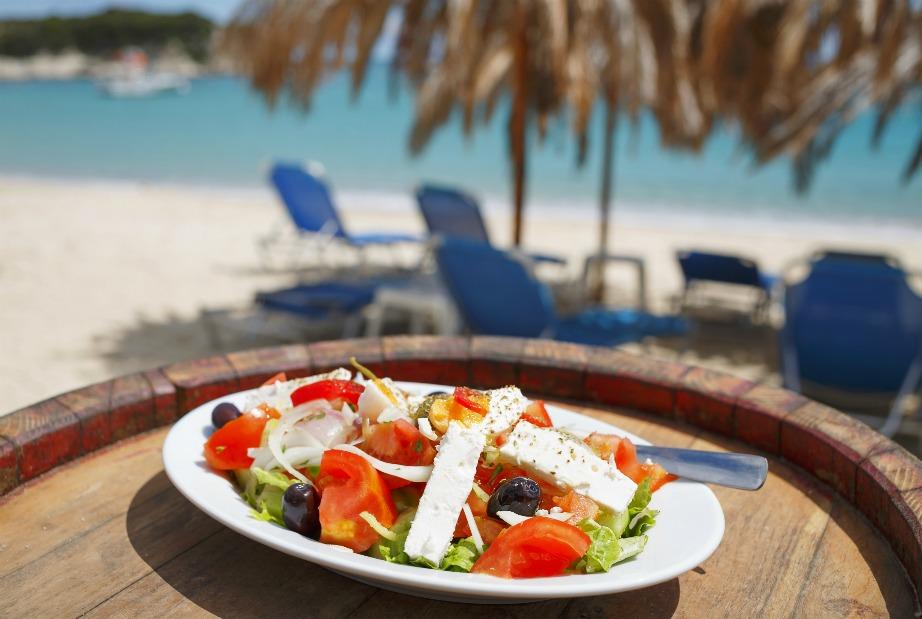 Παραγγείλετε μια σαλάτα με αγγούρι και ντομάτα και δεν χρειάζεστε τίποτα άλλο από φαγητό στην παραλία. Προτιμήστε να τρώτε ελαφριά και τροφές που περιέχουν μεγάλες ποσότητες νερού.