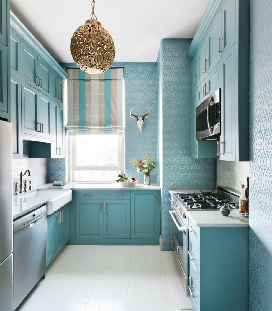 Επιλέξτε ιδιαίτερα σχέδια φωτιστικών που θα προσθέσουν χαρακτήρα στην κουζίνα σας. Τα μεταλλικά φωτιστικά κάνουν το φως της λάμπας να δείχνει λίγο πιο ζεστό.