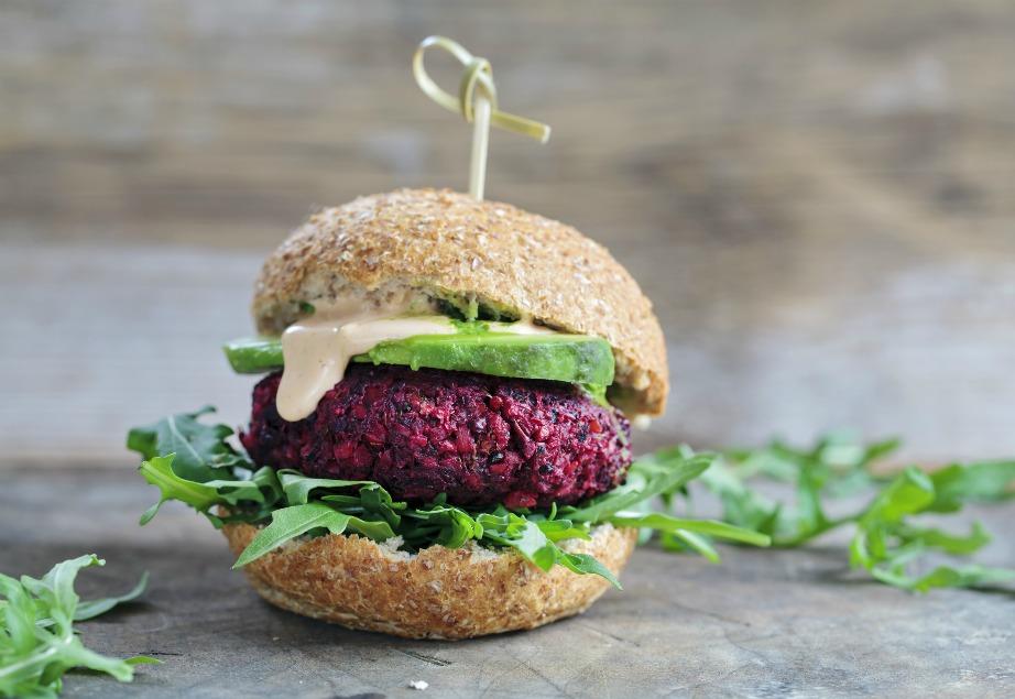 Ακόμα και burger μπορείτε να φτιάξετε τις χορτοφαγικές σας μέρες. Φτιάξτε burger με παντζάρι, μπρόκολο και ρεβίθια με αβοκάντο και ρόκα.