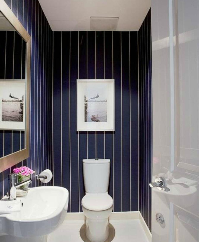 Μπορείτε άνετα να βάλετε ταπετσαρία μόνο σε έναν ή και δύο από τους τοίχους του μπάνιου σας.