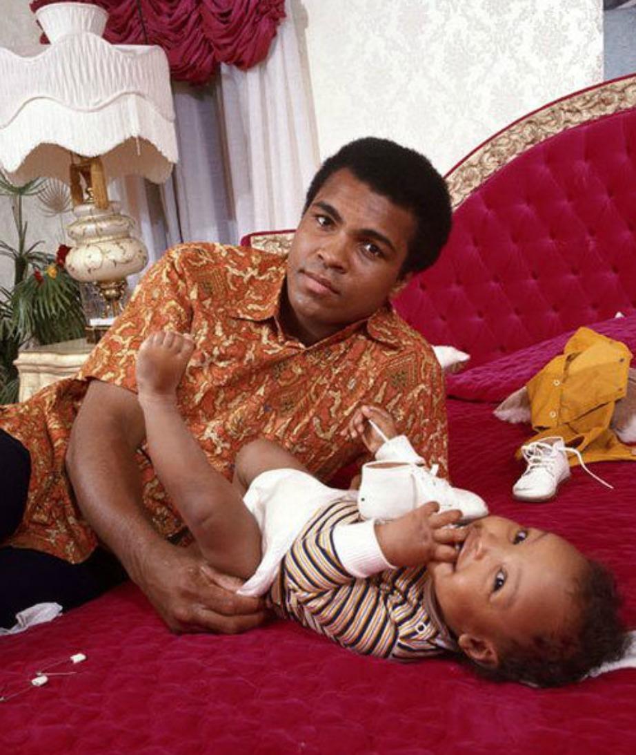 Ο Muhammad Ali στην κρεβατοκάμαρα αυτού του σπιτιού με ένα από τα 9 παιδιά του.