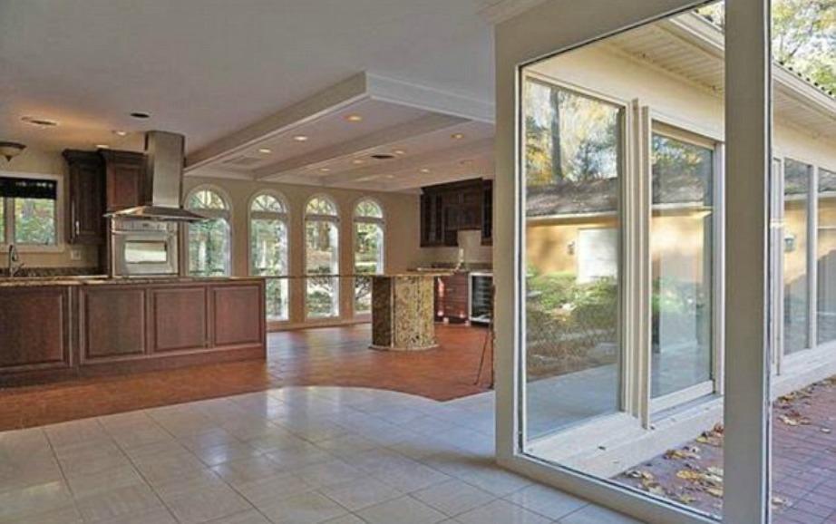 Το σπίτι διαθέτει μεγάλους ενιαίους χώρους.