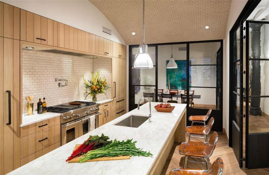 Η υπέροχη κουζίνα του σπιτιού είναι μοντέρνα και κομψή.