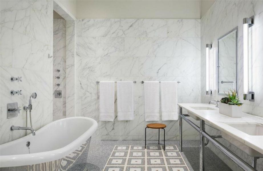 Το πανέμορφο μπάνιο του μάστερ υπνοδωματίου δίνει μαθήματα κομψότητας!