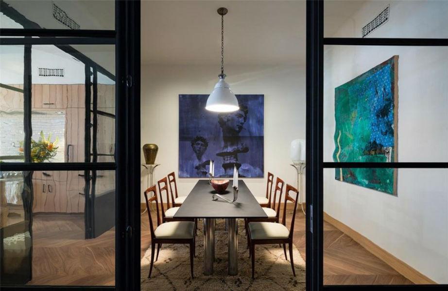 Προτού μεταμορφωθεί σε... σπίτι, ο χώρος φιλοξενούσε μια γκαλερί έργων τέχνης.