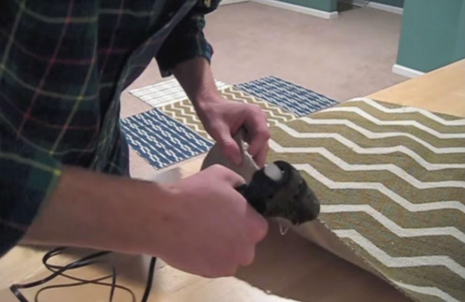 Χρησιμοποιήστε το πιστόλι σιλικόνης για να κολλήσετε τα σημεία στα οποία το ύφασμα ξεφτίζει.
