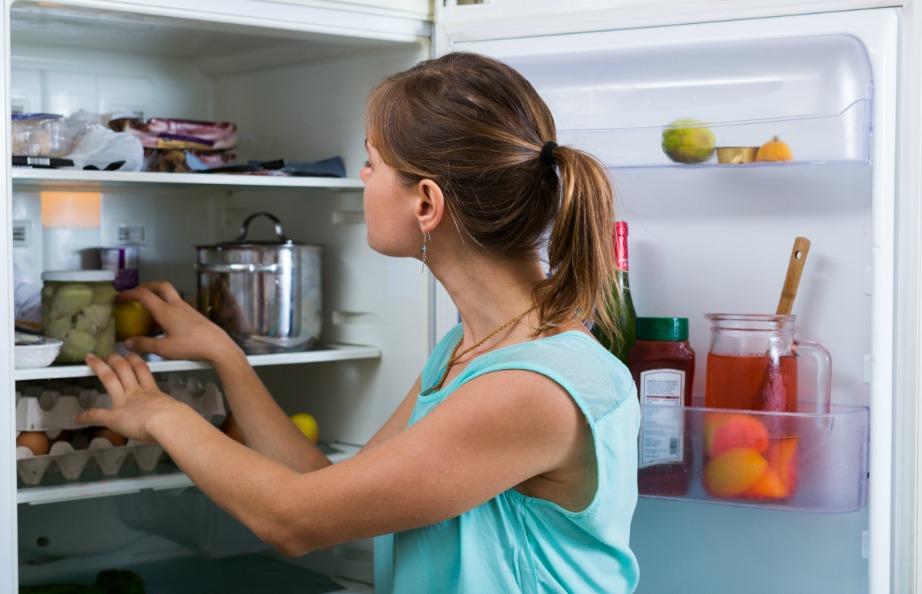 Η πρώτη σας κίνηση είναι να αδειάσετε το ψυγείο σας από όλα τα τρόφιμα.