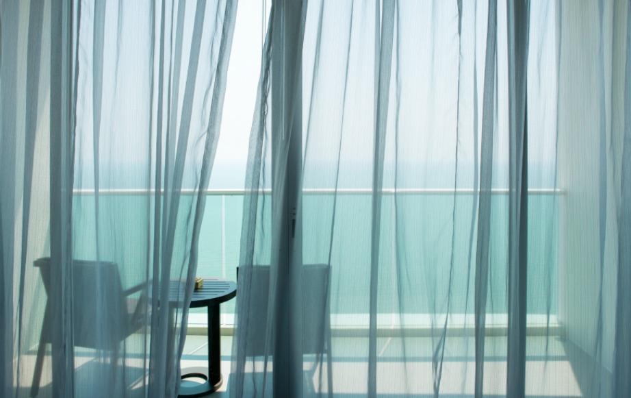 Καθαρίστε τις γυάλινες επιφάνειες των κάγκελών σας με νερό και ξίδι.