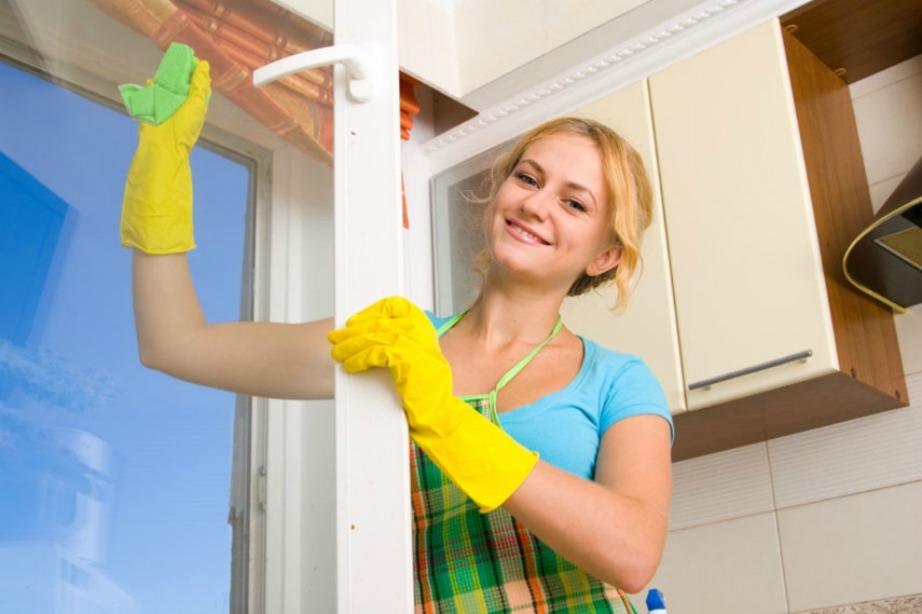 Με οινόπνευμα, αμμωνία και νερό μπορείτε να φτιάξετε το καλύτερο καθαριστικό για τα τζάμια σας.