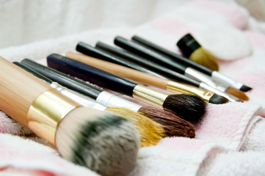 Χρησιμοποιήστε λίγο οινόπνευμα για να καθαρίσετε τα πινέλα του μακιγιάζ.