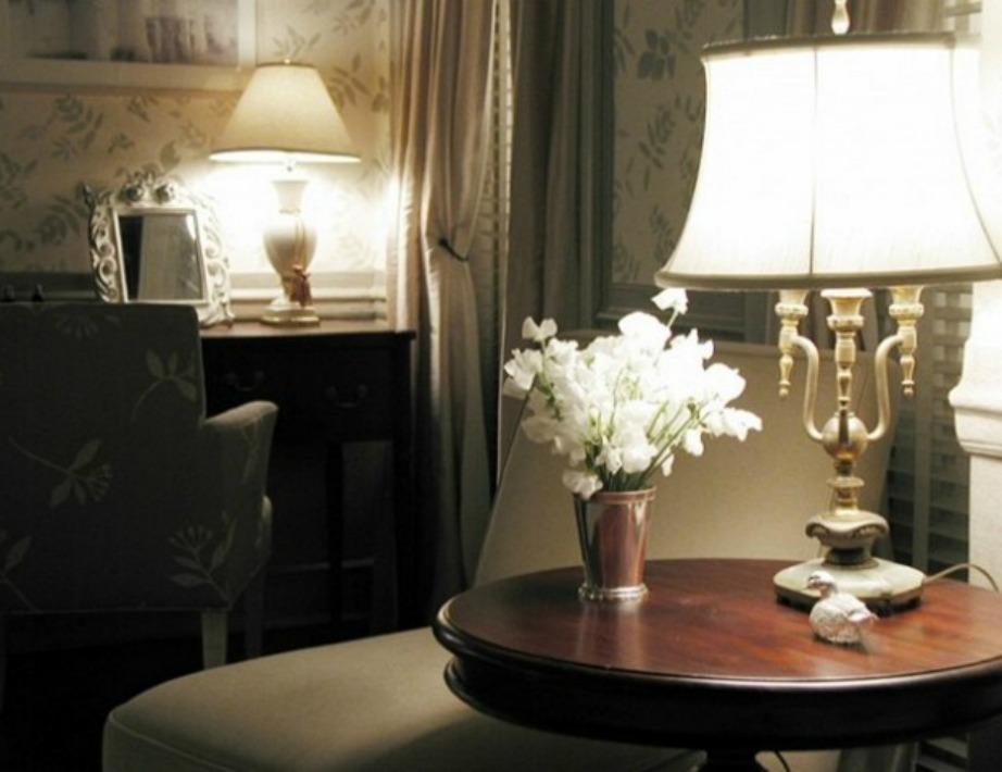 Λεπτομέρειες που κάνουν τη διαφορά! Ένα βάζο με λουλούδια, ένα vintage φωτιστικό και μια φλοράλ ταπετσαρία ολοκληρώνουν το σκηνικό της διακόσμησης.