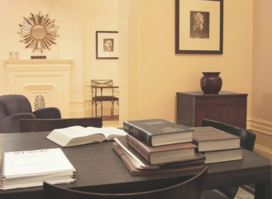 Το γραφείο της Miranda ήταν πάντα γεμάτο με χοντρά δικηγορικά βιβλία.